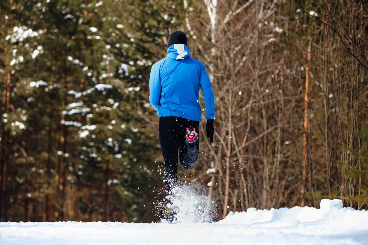 Chcesz rozpocząć przygodę z joggingiem zimą? Podpowiadamy, jak zacząć biegać o tej porze roku