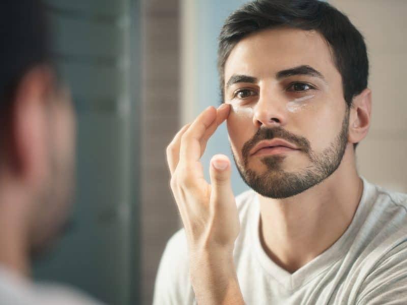 Dlaczego krem pod oczy powinien stać się częścią Twoich pielęgnacyjnych rytuałów i na jakie produkty warto postawić?