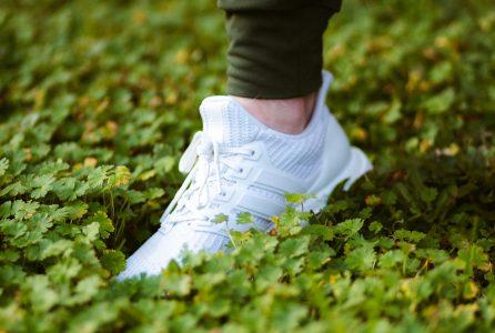 Buty na wiosnę wybrane? Jeśli polujesz na najmodniejsze, celuj w białe sneakersy