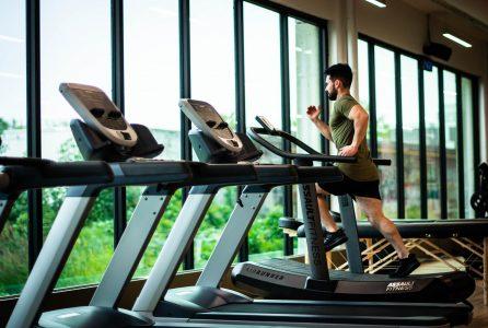 Bieganie na bieżni – wszystko, co trzeba wiedzieć o tym treningu