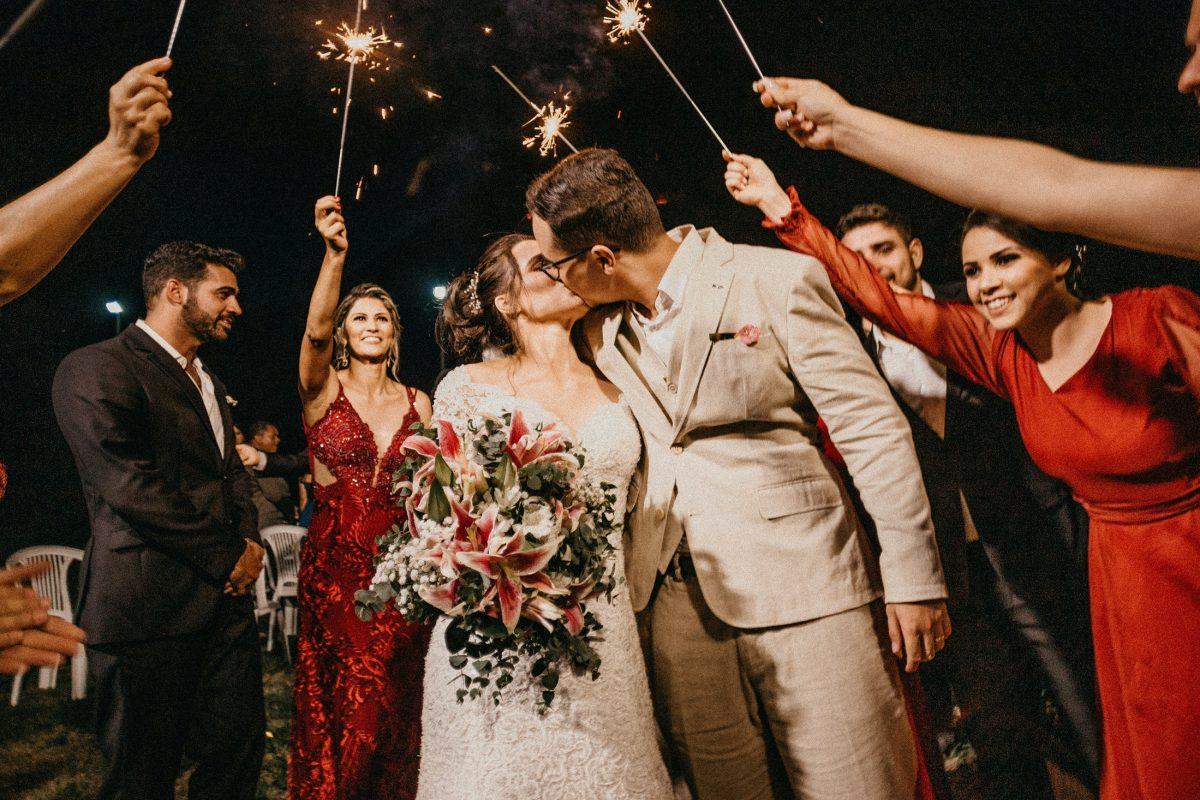 Gość weselny – na jakie looki wolno postawić, a które lepiej omijać szerokim łukiem?