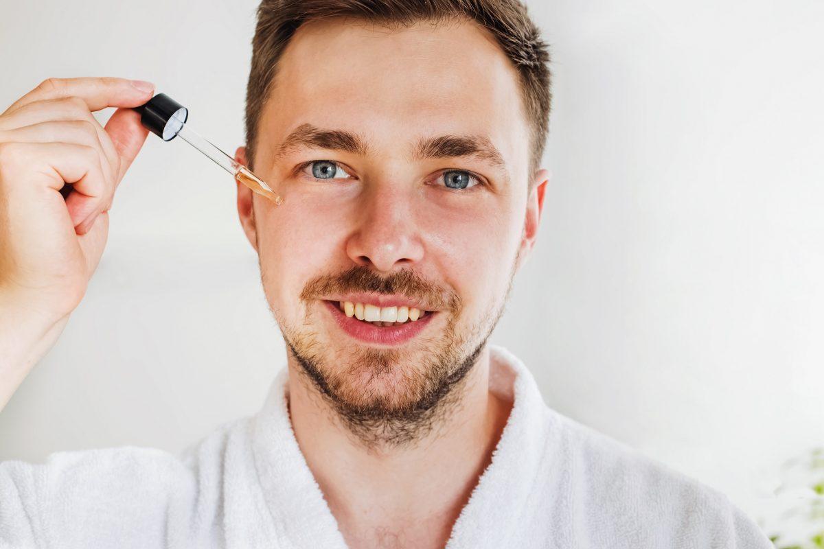 Serum do twarzy – co to jest za produkt i dlaczego podziękujesz sobie, gdy włączysz go do swojej pielęgnacji?