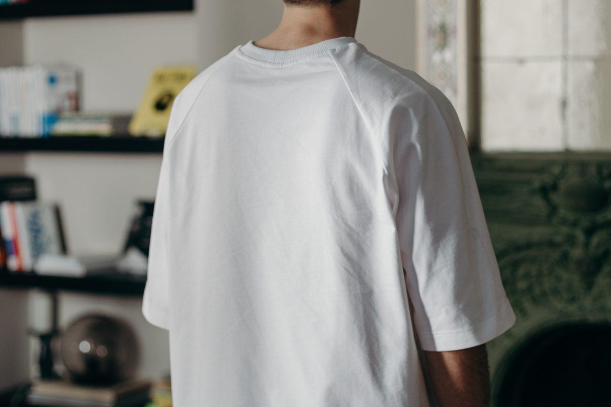 Jak stworzyć modne i nienudne stylizacje z T-shirtem w roli głównej?