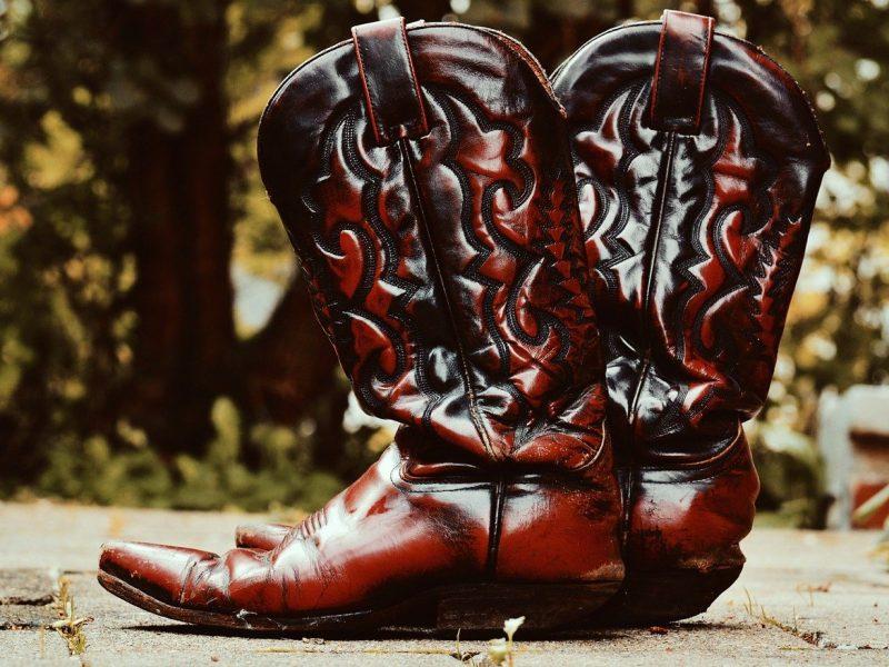 Męskie kowbojki – jak je nosić, by nie wyglądać jak zagubiony mężczyzna z Dzikiego Zachodu?