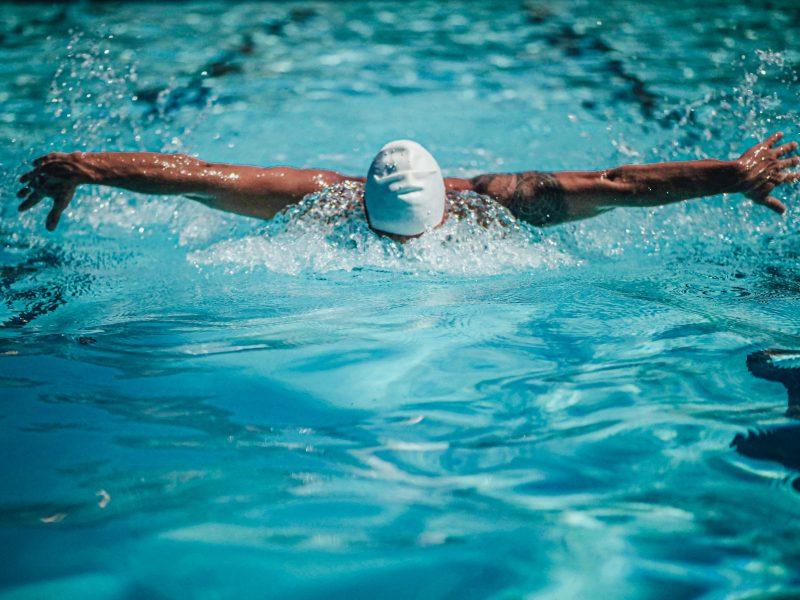 Pływanie – co zawdzięczamy regularnym treningom w basenie?