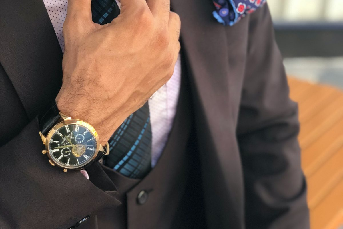 Krawat, muszka a może ani jedno ani drugie? Podpowiadamy, co i kiedy okaże się najlepszym rozwiązaniem